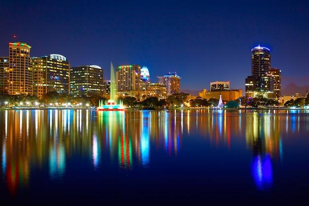 フロリダ州フロリダ州米国エオラ湖でオーランドのスカイラインの夕日 Premium写真