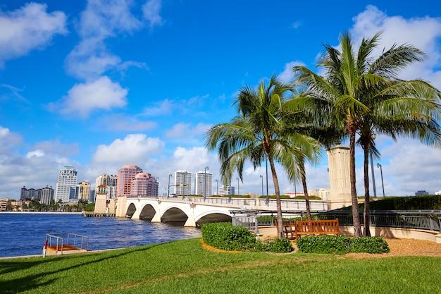 フロリダ州パームビーチのスカイラインロイヤルパークブリッジ Premium写真