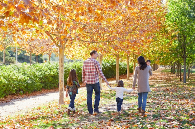秋の公園で歩く家族 Premium写真