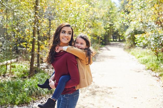 母と娘は公園でおんぶ Premium写真