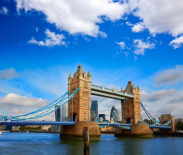 テムズ川にロンドンタワーブリッジの夕日 Premium写真