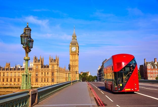 Биг бен часовая башня и лондонский автобус Premium Фотографии