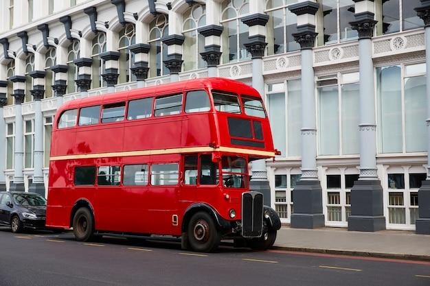 ロンドン赤バスの伝統的な古い Premium写真
