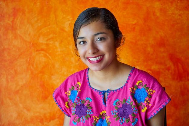 メキシコの女性とマヤのドレスラテン Premium写真