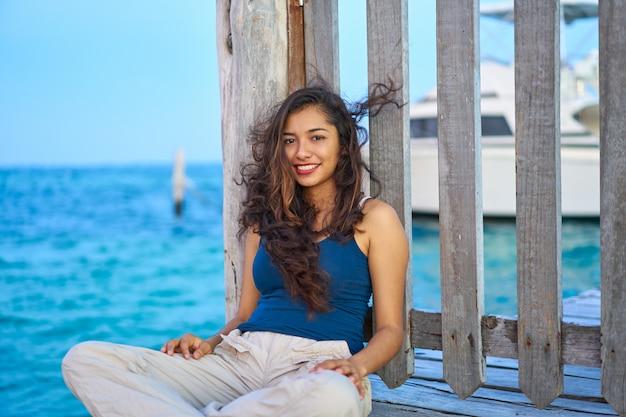 Мексиканская латинская женщина на карибском море Premium Фотографии