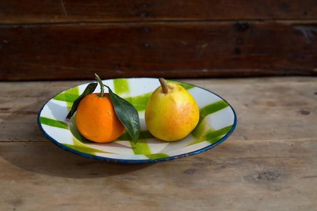 フルーツみかんと梨ヴィンテージ磁器皿プレートレトロ Premium写真