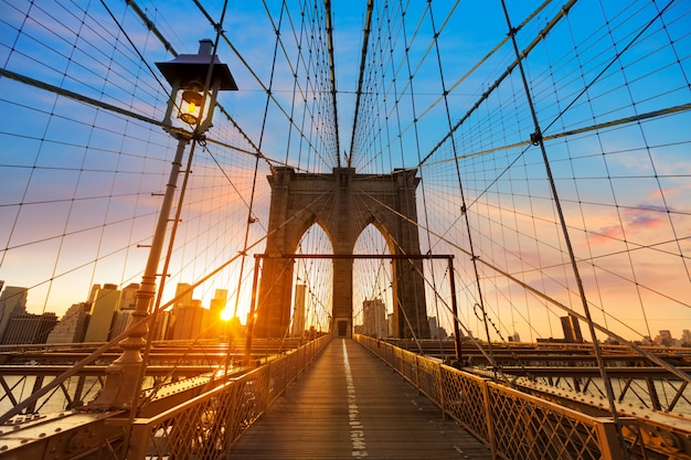 ブルックリン橋の夕日ニューヨークマンハッタン Premium写真