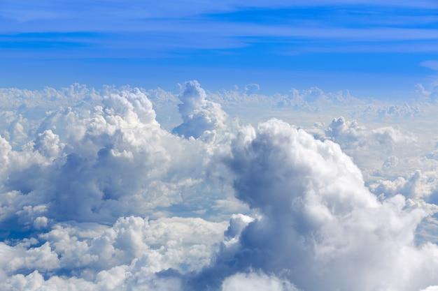 Кучевые облака вид с воздуха с высоты птичьего полета Premium Фотографии