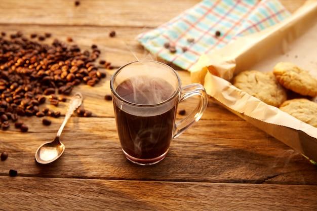 クッキービスケット自家製ビンテージ木材とコーヒー Premium写真