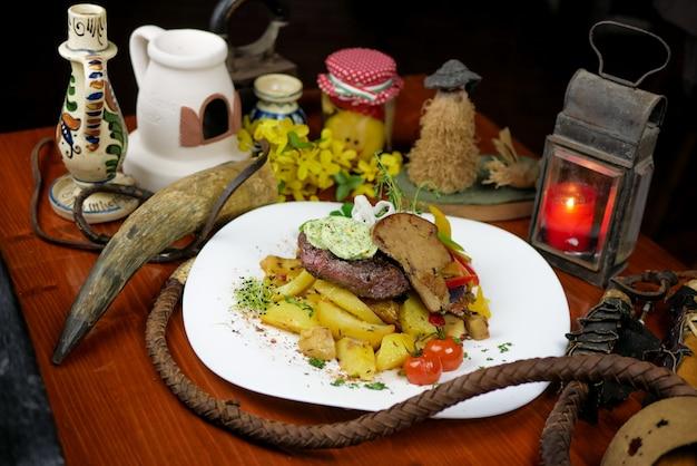 レストランでの牛肉料理 無料写真