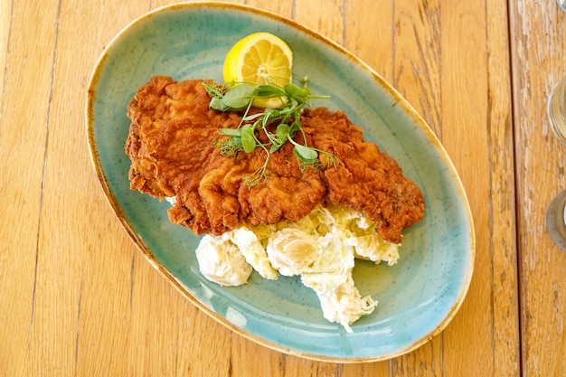 Куриное блюдо на столике в ресторане Бесплатные Фотографии