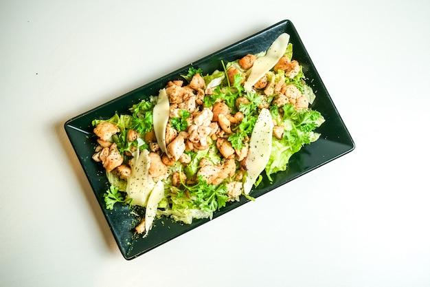 レストランのテーブルの上の鶏料理 無料写真