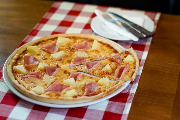 レストランのテーブルでピザ 無料写真