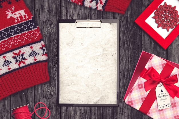 セーター、クリップボード、プレゼントとクリスマス組成 無料写真
