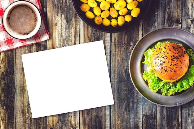 バーガーとフライドポテトのモックアップ 無料写真