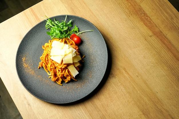 Макаронное блюдо на столике в ресторане Бесплатные Фотографии