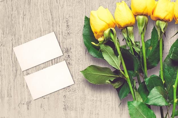 バラの花とグリーティングカードとバレンタインの組成 無料写真