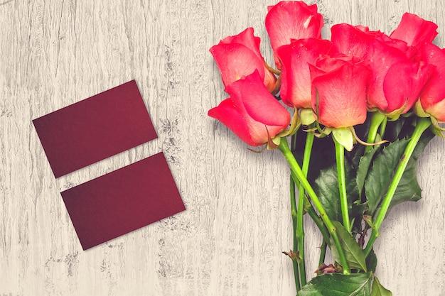 Композиция ко дню святого валентина с розовыми цветами и поздравительными открытками Бесплатные Фотографии