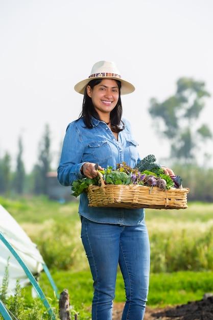 ソチミルコで野菜を集めるメキシコの女性 Premium写真