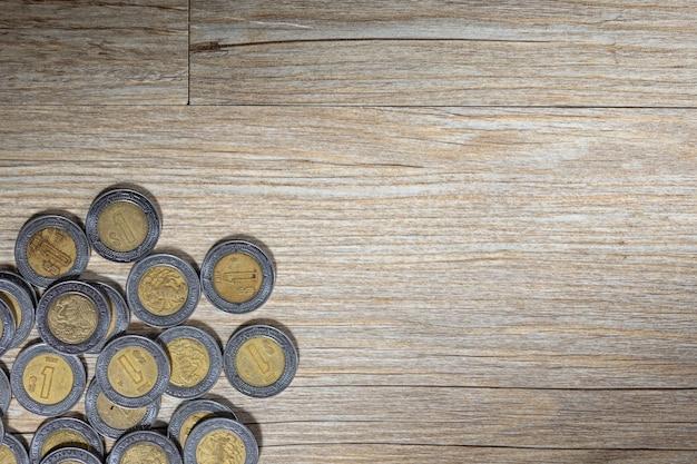 Мексиканские песо на деревянной поверхности Premium Фотографии