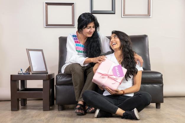メキシコの母と娘が母の日に抱いて Premium写真
