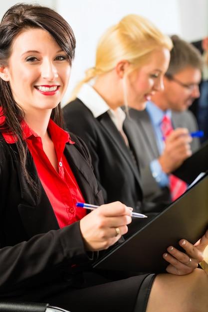 ビジネス、ビジネスマンはチーム会議を持っています Premium写真