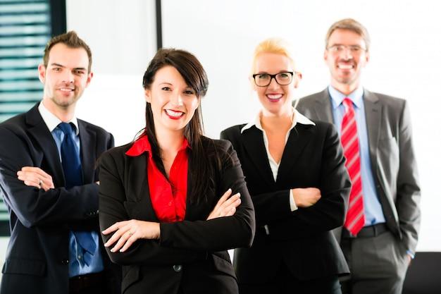 Бизнес, группа бизнесменов в офисе Premium Фотографии