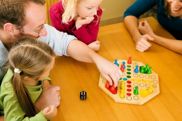 Семья играет в людо вместе Premium Фотографии