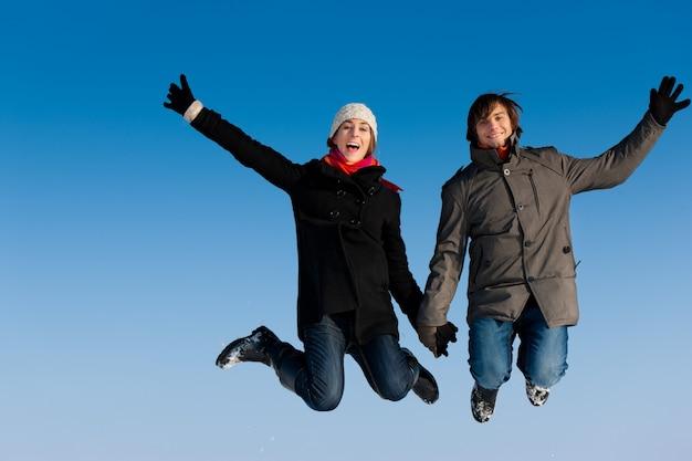 冬の日にジャンプのカップル Premium写真