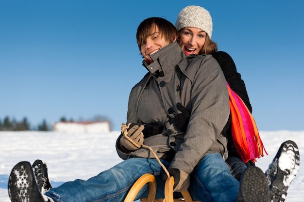 そりと冬のカップル Premium写真
