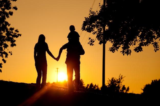 日没で散歩を持っている家族 Premium写真