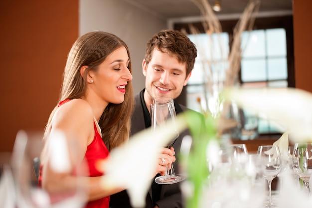 レストランでの機会を祝っているカップル Premium写真