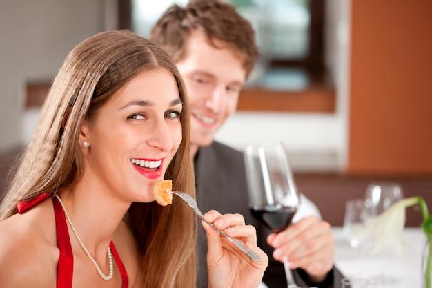 レストランで食べ物を持つ女性 Premium写真
