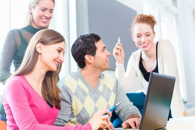 大学で学んでいる学生のグループ Premium写真