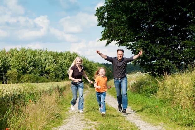散歩で遊ぶ家族 Premium写真