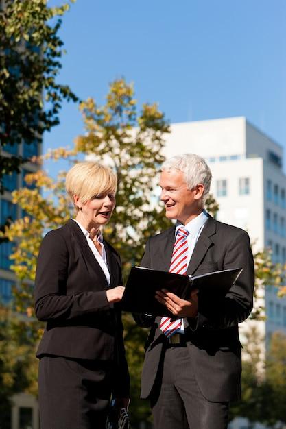 屋外で話しているビジネス人々 Premium写真