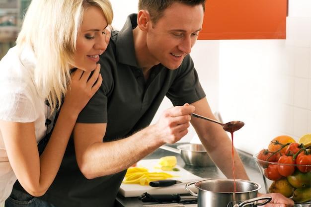 一緒に食べ物を準備するカップル Premium写真
