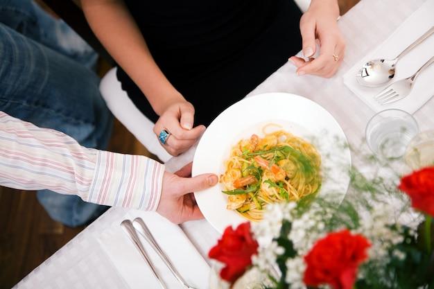 彼の妻に夕食を提供する男 Premium写真