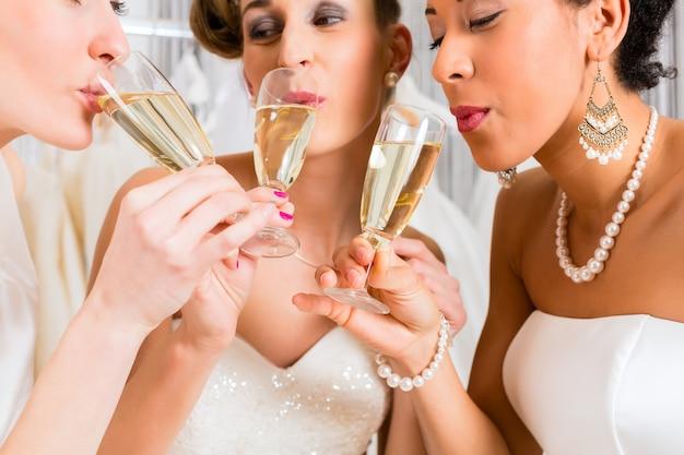 結婚式の店でシャンパンを飲む花嫁 Premium写真