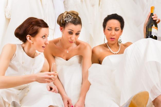 結婚式の店や店で飲み過ぎの花嫁 Premium写真