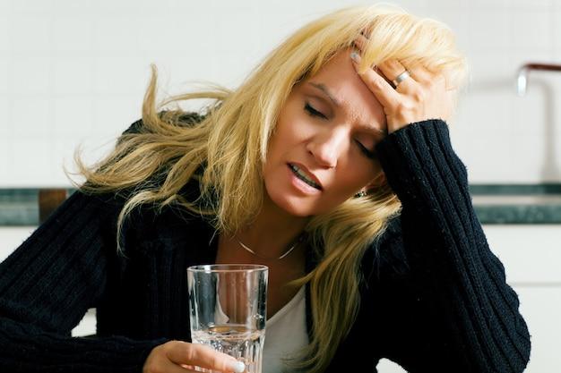 頭痛を持つ女性 Premium写真