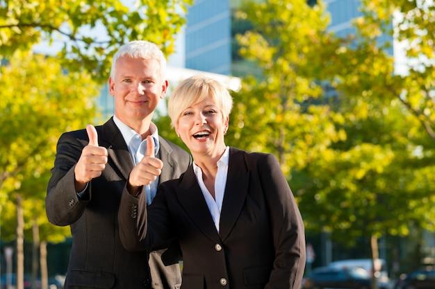 屋外の公園のビジネス人々 Premium写真
