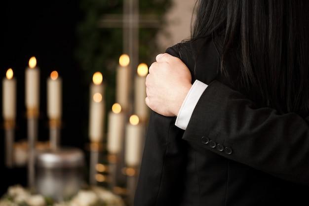 お互いに慰める葬儀の人々 Premium写真
