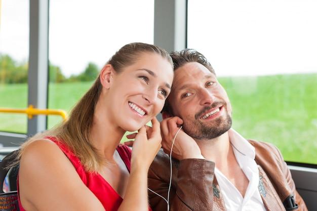 音楽を聴くバスの乗客 Premium写真