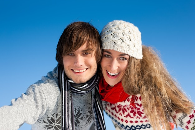 冬の散歩を持っているカップル Premium写真