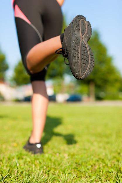 ランナーの足へのクローズアップ Premium写真