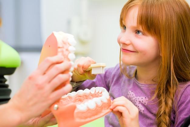 歯列矯正の女の子 Premium写真