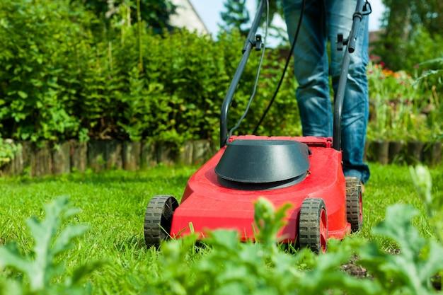 芝生の草刈機のクローズアップ Premium写真