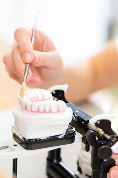 義歯を生産する歯科技工士 Premium写真