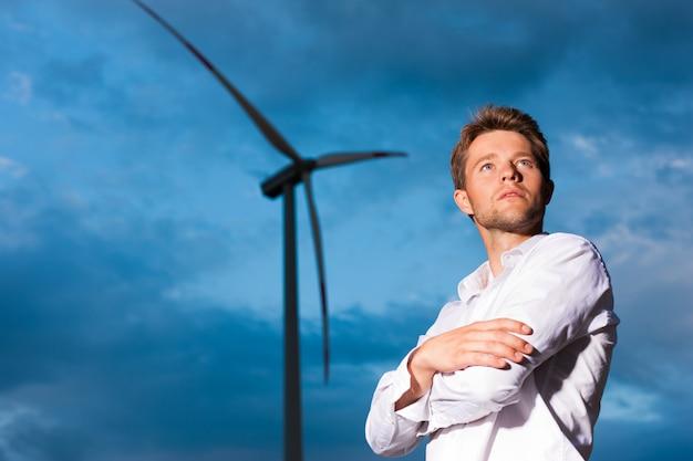 Человек перед мельницей и небом Premium Фотографии